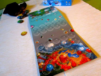 Игралното табло има две страни с различни илюстрации.
