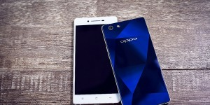 The-OPPO-R1x-Ice-White-Left-and-Sapphire-Blue-Right