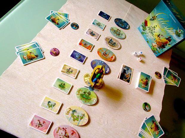 Играта има нестандарно разположение на масата.