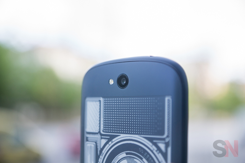 YotaPhone-2-Picture-12