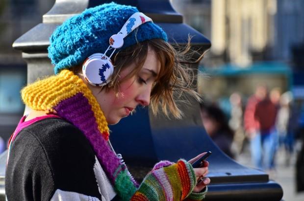 girl-phone-listening-to-music