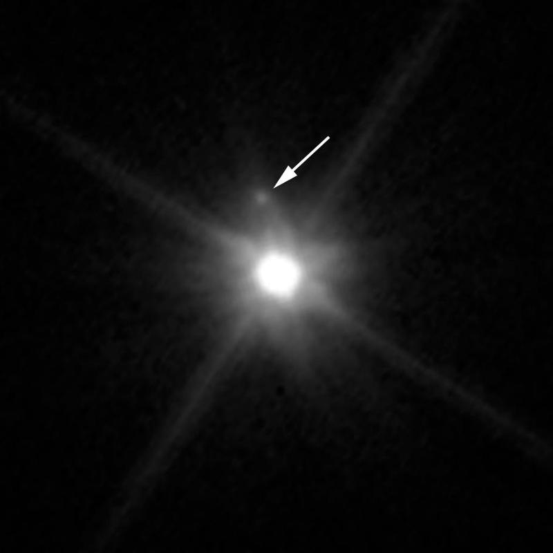 Макемаке и луната MK2 (официално име: S/2015)   Снимка: Hubble / NASA / ESA / A. Parker, M. Buie (SwRI)