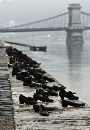 the-shoes-on-the-danube-bank